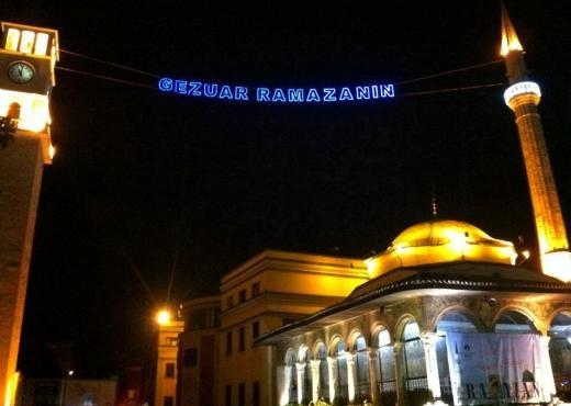 Besimtarët në Ballkan falin namazin e parë të teravisë