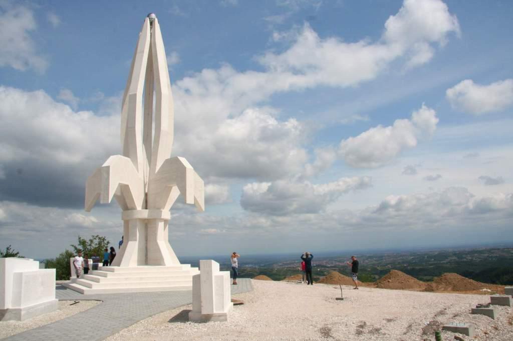 Bosna Hersek'te Cesaret ve Direniş Anıtı Dikildi