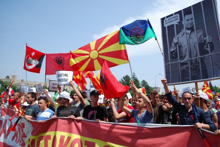 Makedonya uçurumun kenarına tutundu.
