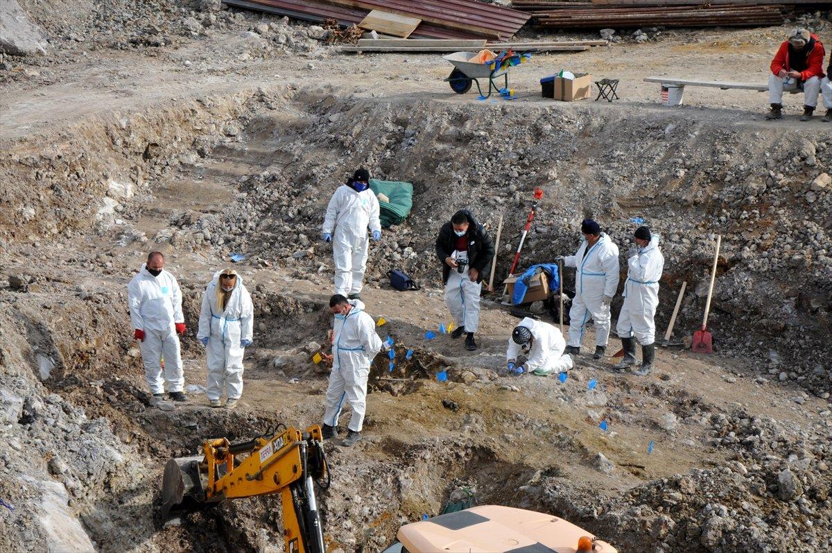 Arnavut kurbanların kemikleri toplu mezardan çıkarılıyor.